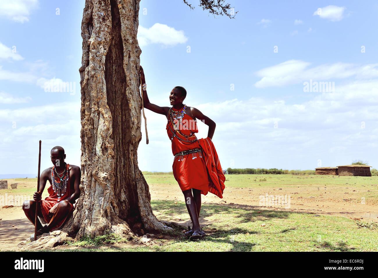 Massai en la schadow de acacia Foto de stock