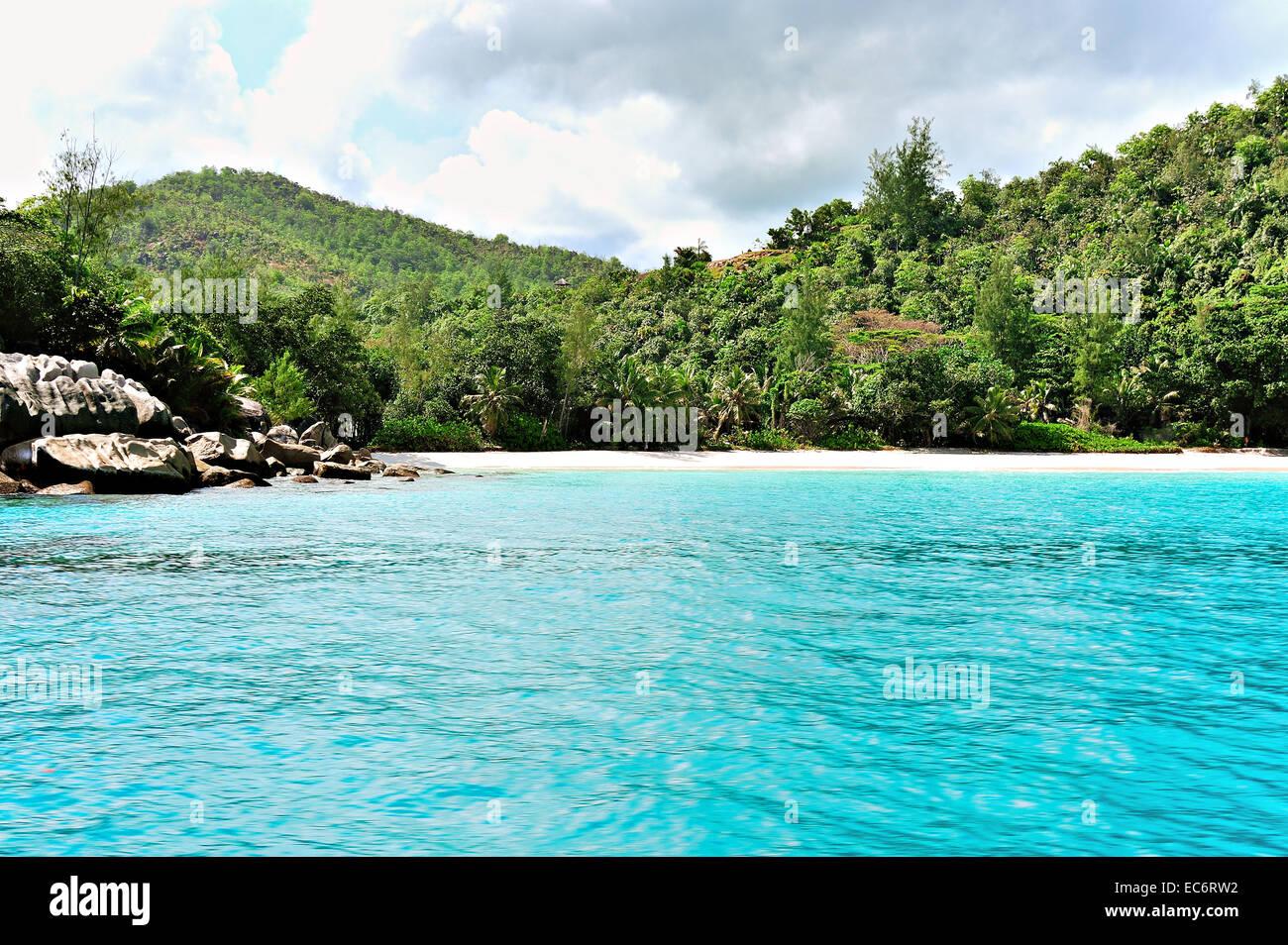 Profundas aguas azules y arena, Anse Georgette, Praslin, Seychelles Imagen De Stock