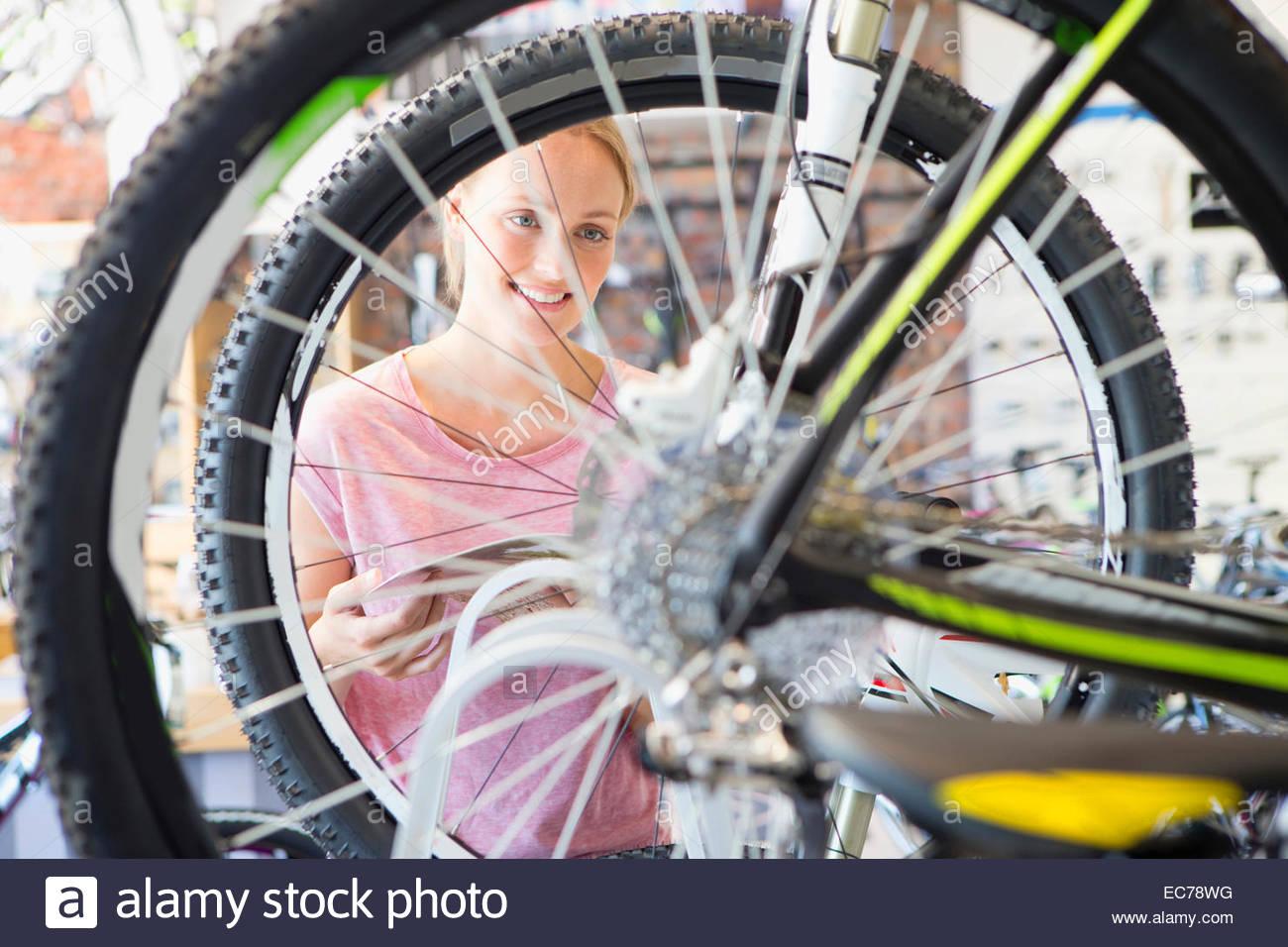 Clienta en la tienda eligiendo una bicicleta Imagen De Stock