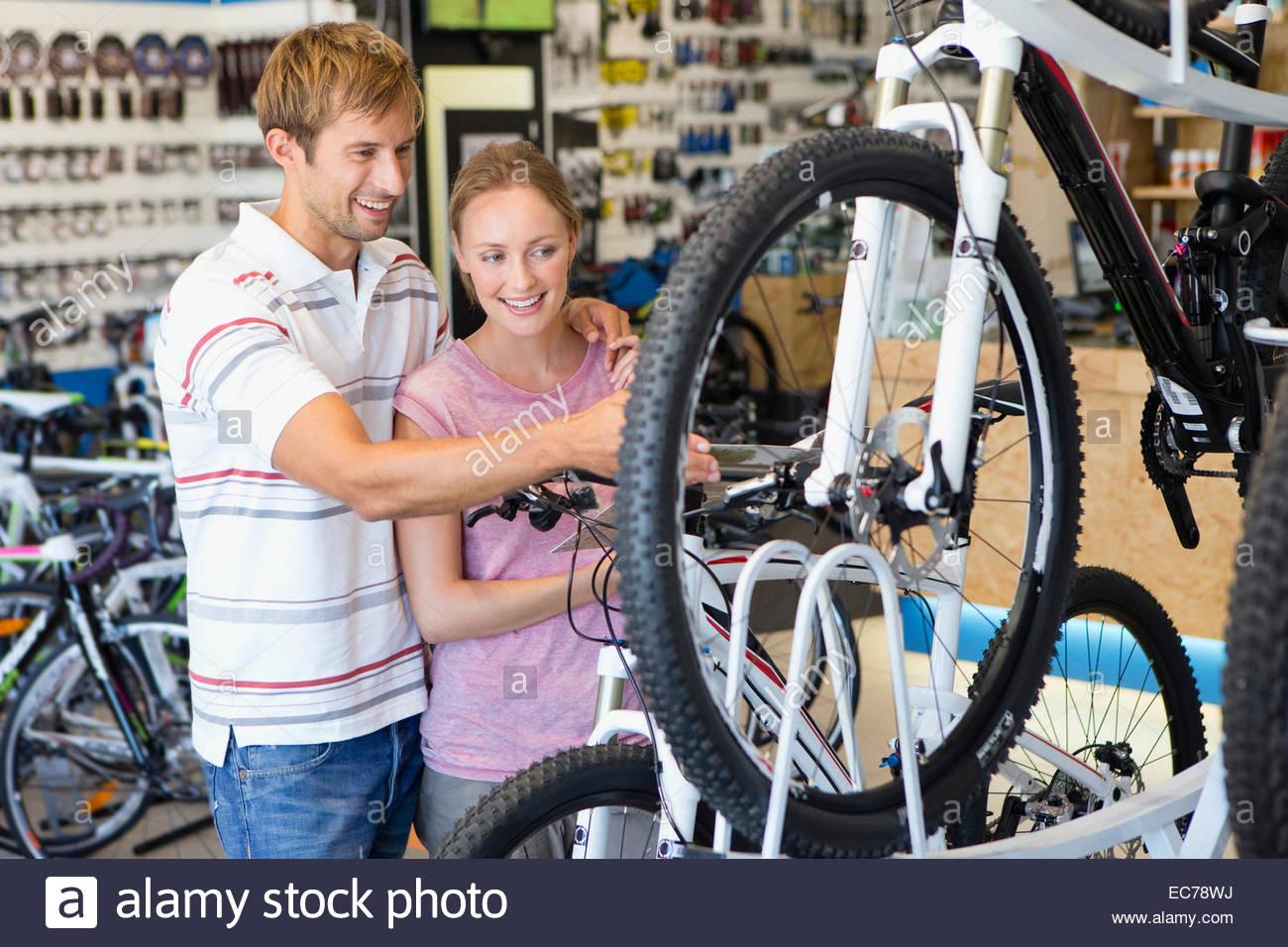 Par elegir una bicicleta en la tienda Imagen De Stock