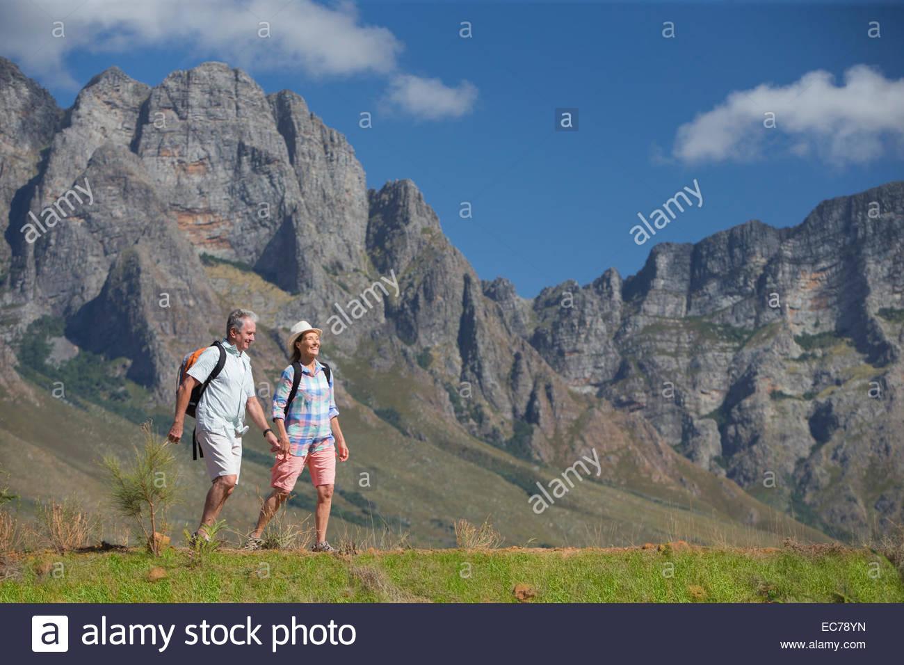 Excursión pareja senior en camino de montaña. Imagen De Stock