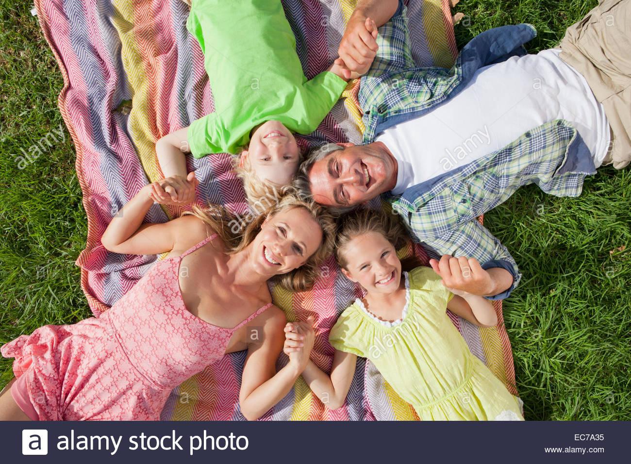 Sobrecarga retrato de una familia de generación múltiple recostados sobre el pasto Imagen De Stock