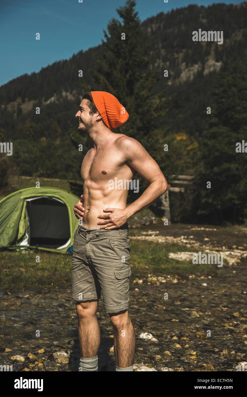 Austria, Tirol Tannheimer Tal, joven excursionista relajante Imagen De Stock