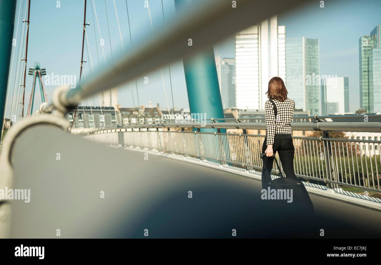 Alemania, Frankfurt, joven empresaria en el puente Foto de stock