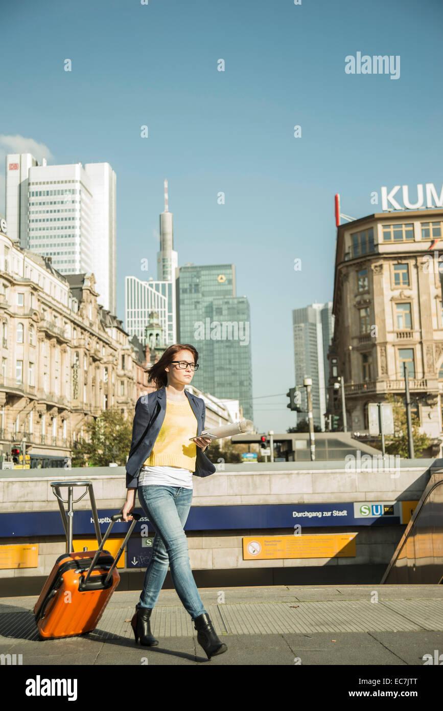 Alemania, Frankfurt, joven empresaria en movimiento en el centro de la ciudad. Foto de stock