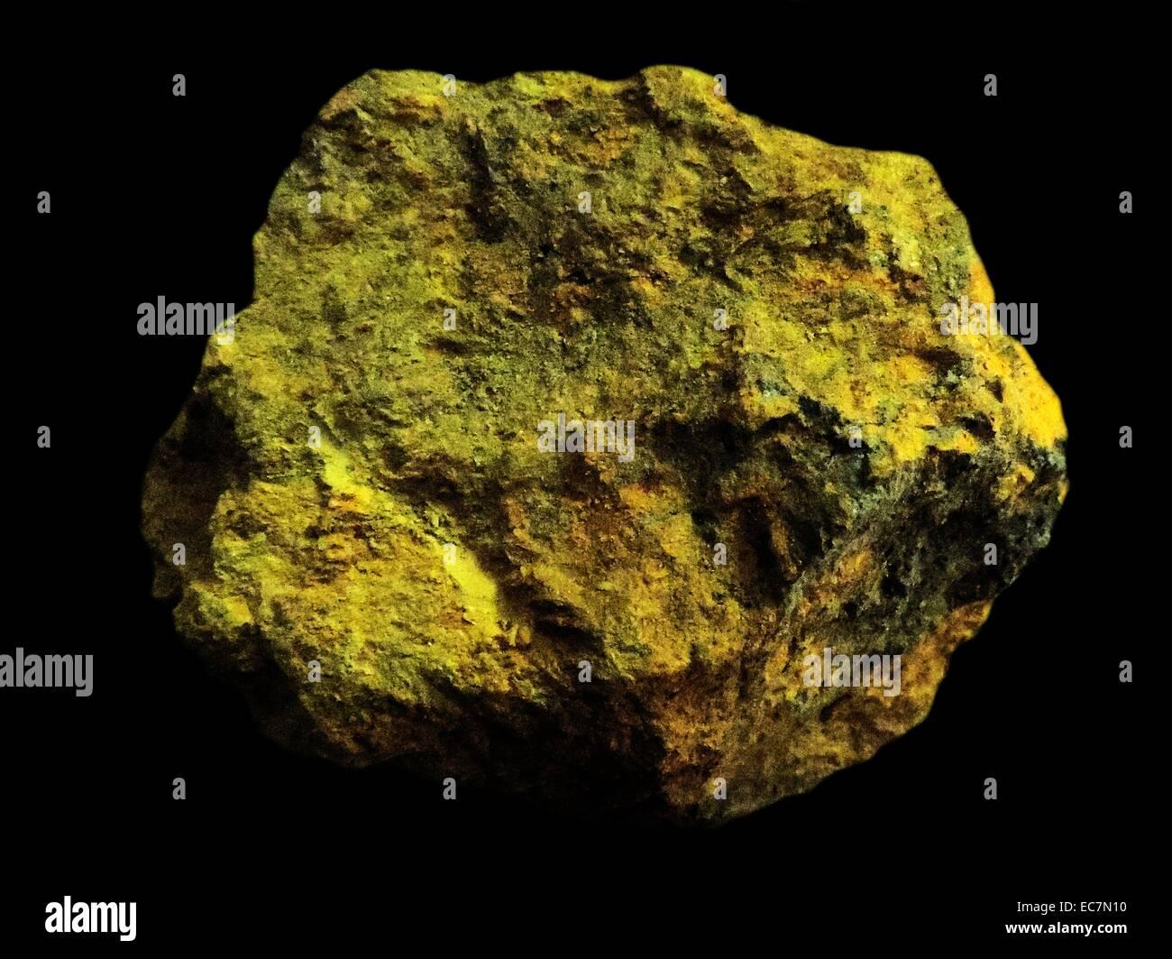 Orpiment es un profundo color amarillo-naranja de mineral de sulfuro de arsénico. Se encuentra en las fumarolas volcánicas, vetas hidrotermales de baja temperatura y las aguas termales y formado tanto por sublimación y como subproducto de otro subproducto realgar mineral. Foto de stock