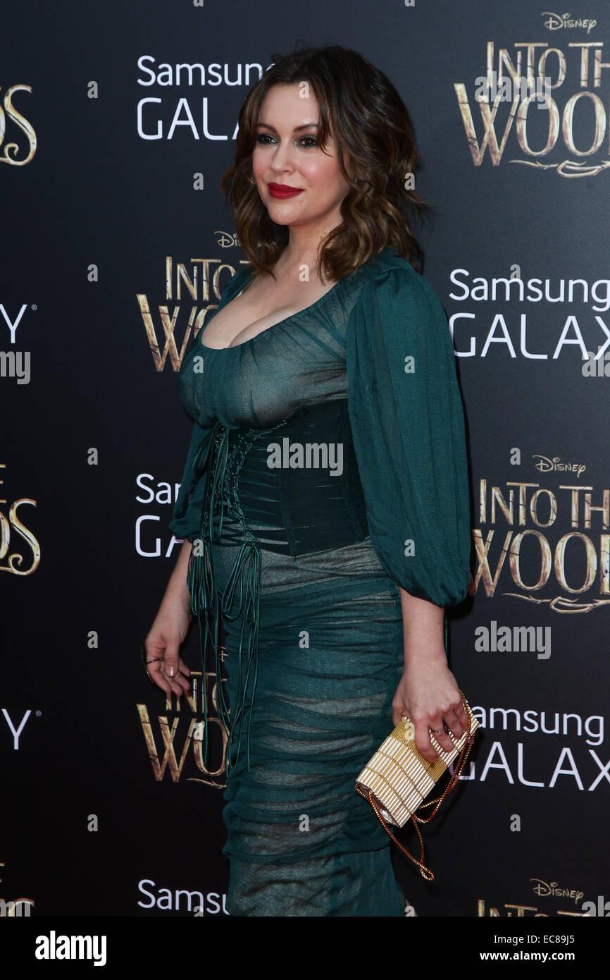Nueva York, Estados Unidos. 8 de diciembre de 2014. La actriz Alyssa Milano atiende el 'en el bosque' Estreno en el Teatro Ziegfeld, el 8 de diciembre de 2014 en la Ciudad de Nueva York. Crédito: Debby Wong/Alamy Live News Foto de stock
