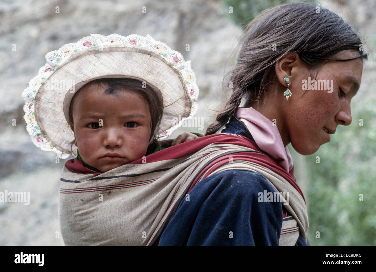 Ladakh madre bebé en la espalda del niño lleva sombrero para el sol tela  papoose joven ecd9f1585ae2