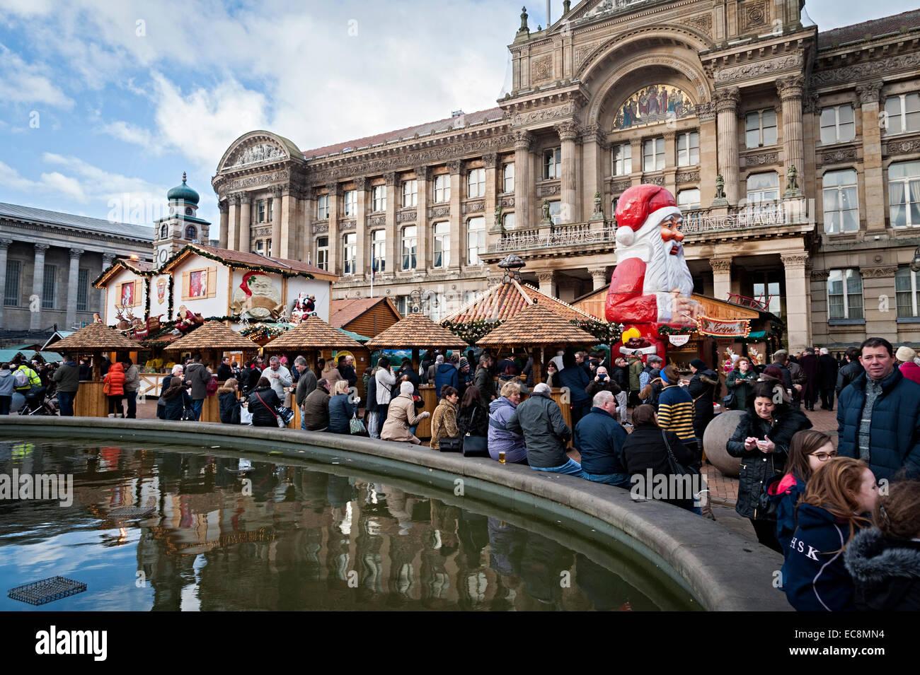 Birmingham navidad mercado alemán 8 de diciembre de 2014 uno de los mayores fuera de Alemania la gente comiendo Imagen De Stock