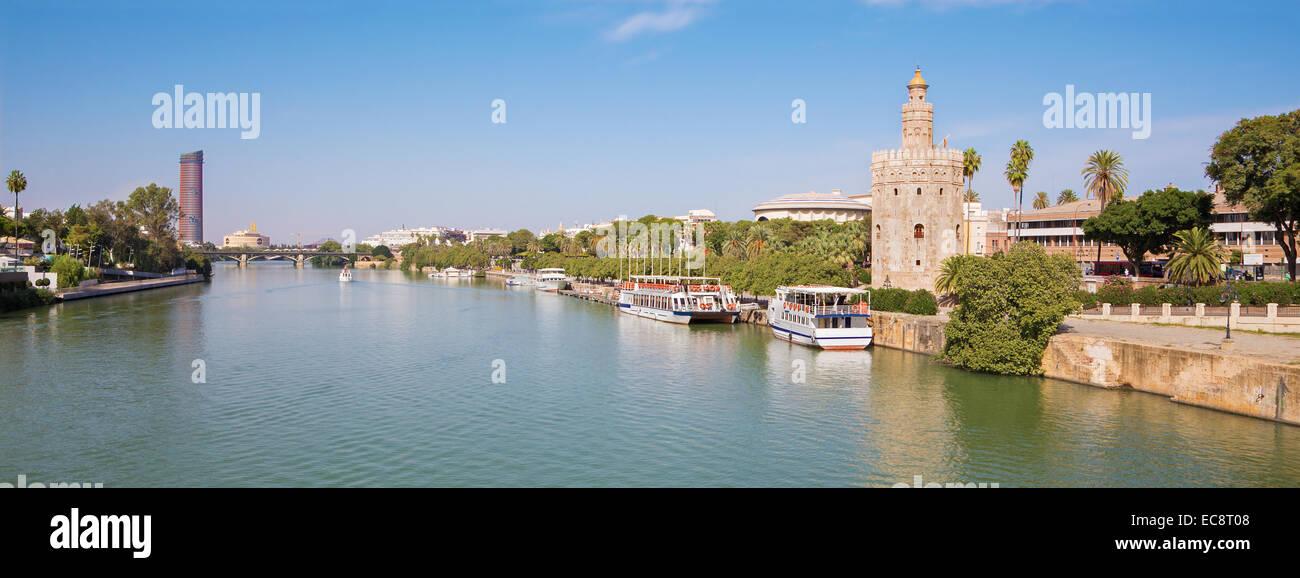 Sevilla - La torre medieval y moderna Torre del Oro Torre Cajasol en el fondo y el río Guadalquivir. Imagen De Stock