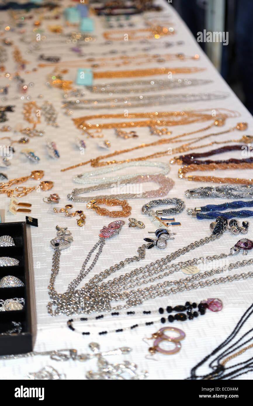 84884b8e6dc5 Joyas y alhajas a la venta en mercado de pulgas Foto   Imagen De ...
