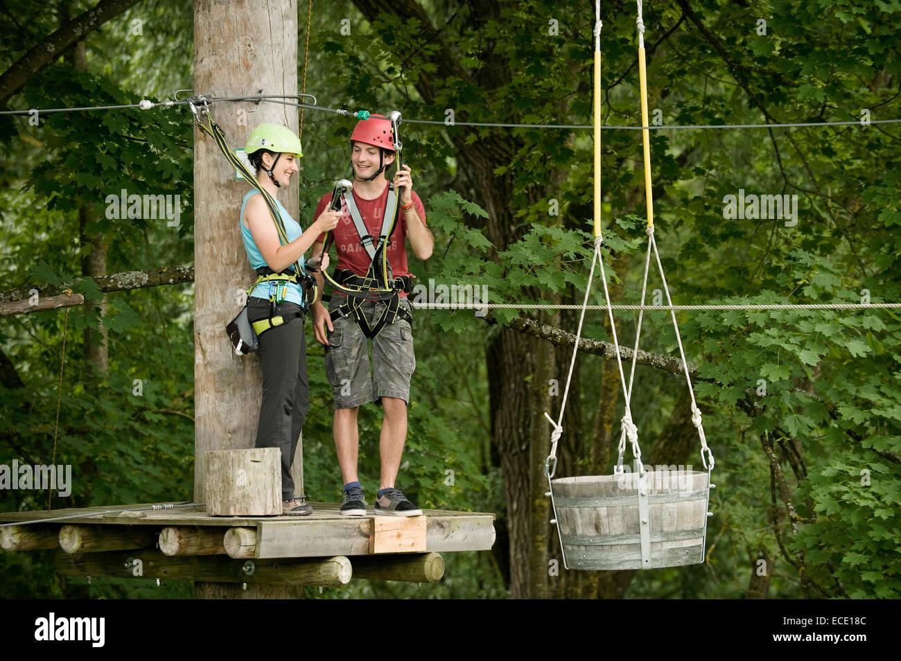 Mujer joven y joven cangrejo de escalada Imagen De Stock
