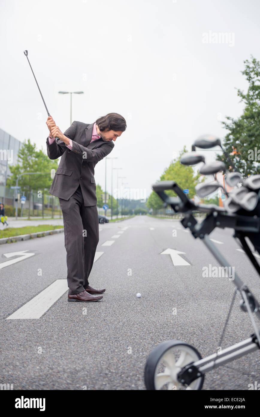 El hombre camino riesgoso Cross golf decidir decisión objetivo Foto de stock