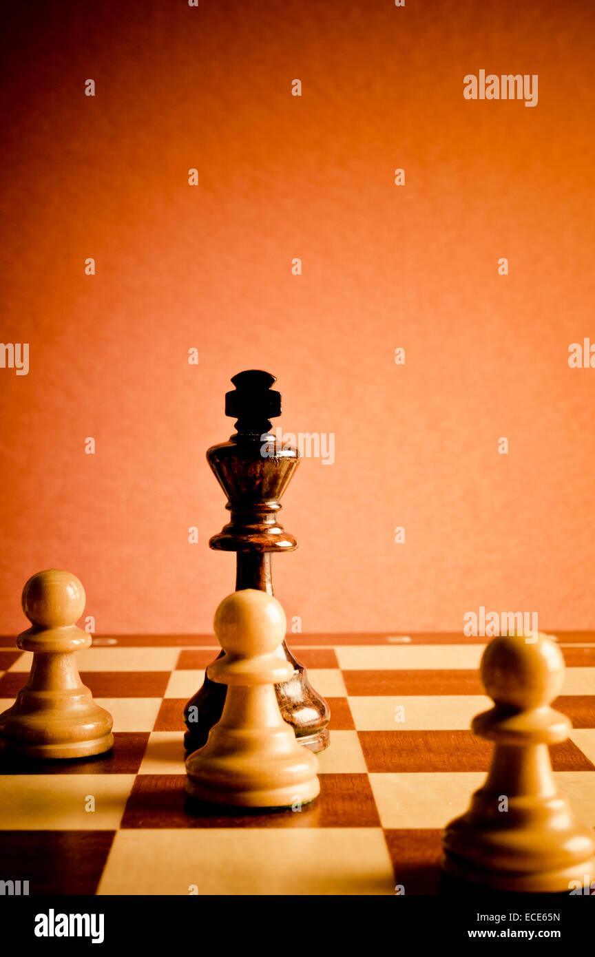 Rey de ajedrez y los peones, concepto de trabajo en equipo y la cooperación Imagen De Stock