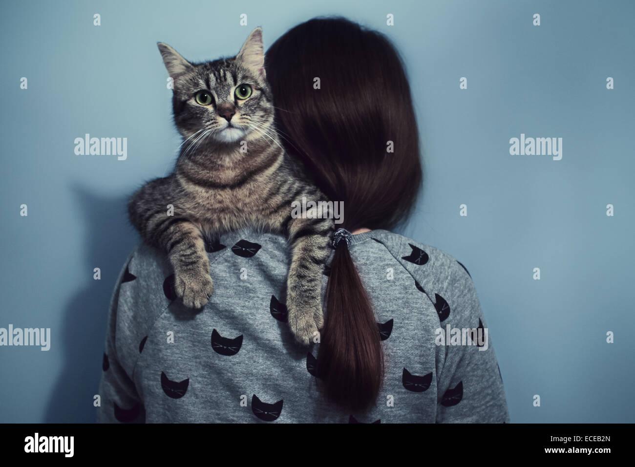 Mujer sosteniendo sobre sus hombros cat Foto de stock