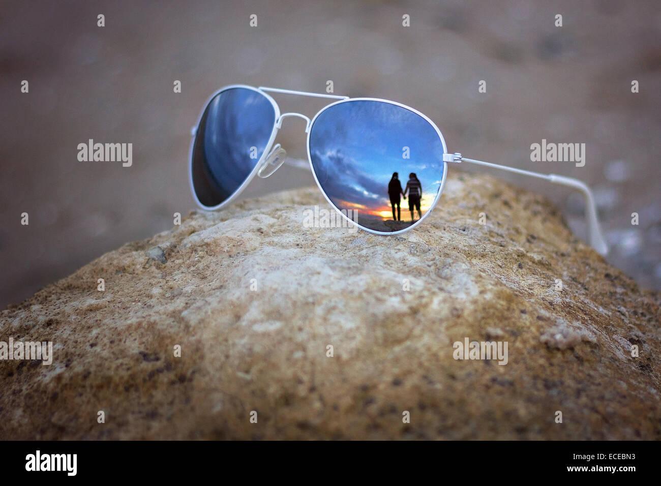La reflexión de un par de gafas de sol Imagen De Stock