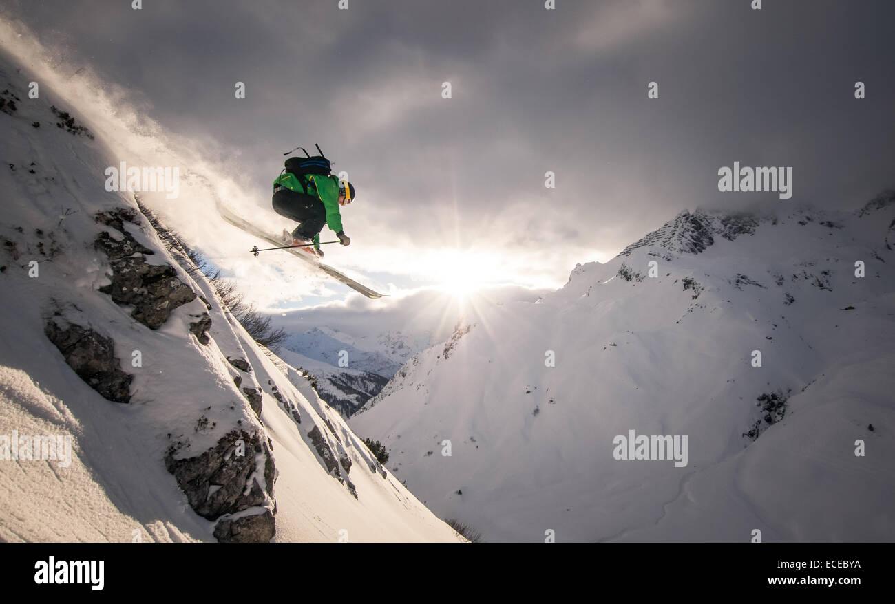 Austria, Freeride esquiador saltando de roca Imagen De Stock