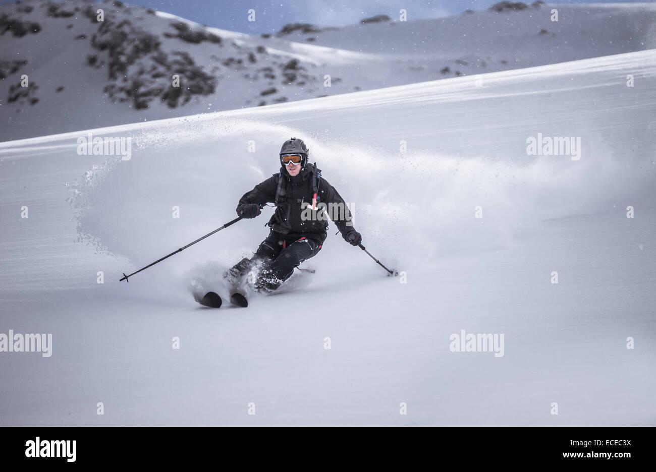 Austria, vista frontal del free ride esquiador esquí alpino Imagen De Stock