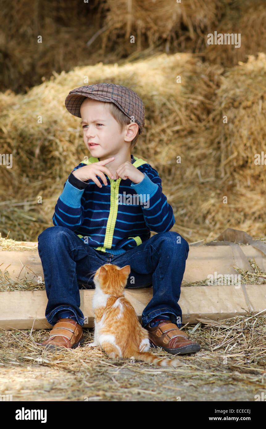 Little Boy (4-5) con el gatito Imagen De Stock