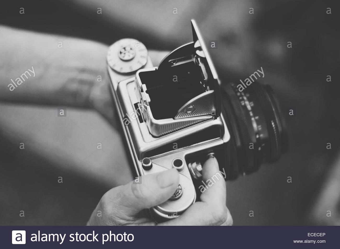 Reino Unido, Inglaterra, Warwickshire, Stratford-upon-Avon, Mujer sosteniendo vintage antigua cámara de formato Imagen De Stock