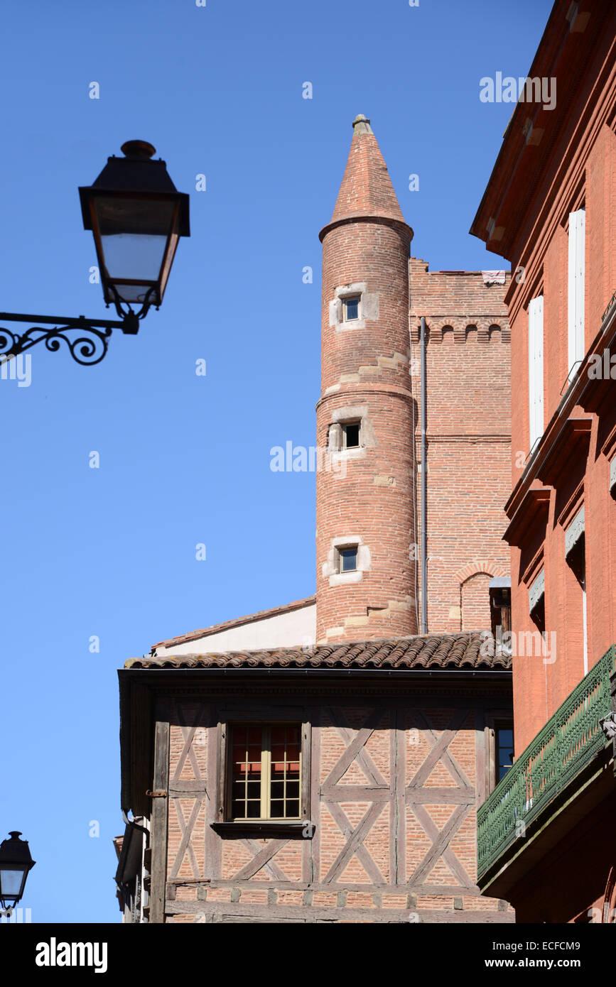 La arquitectura medieval y la torre de esquina en el casco antiguo o Centro Histórico de TOULOUSE Haute-Garonne Imagen De Stock