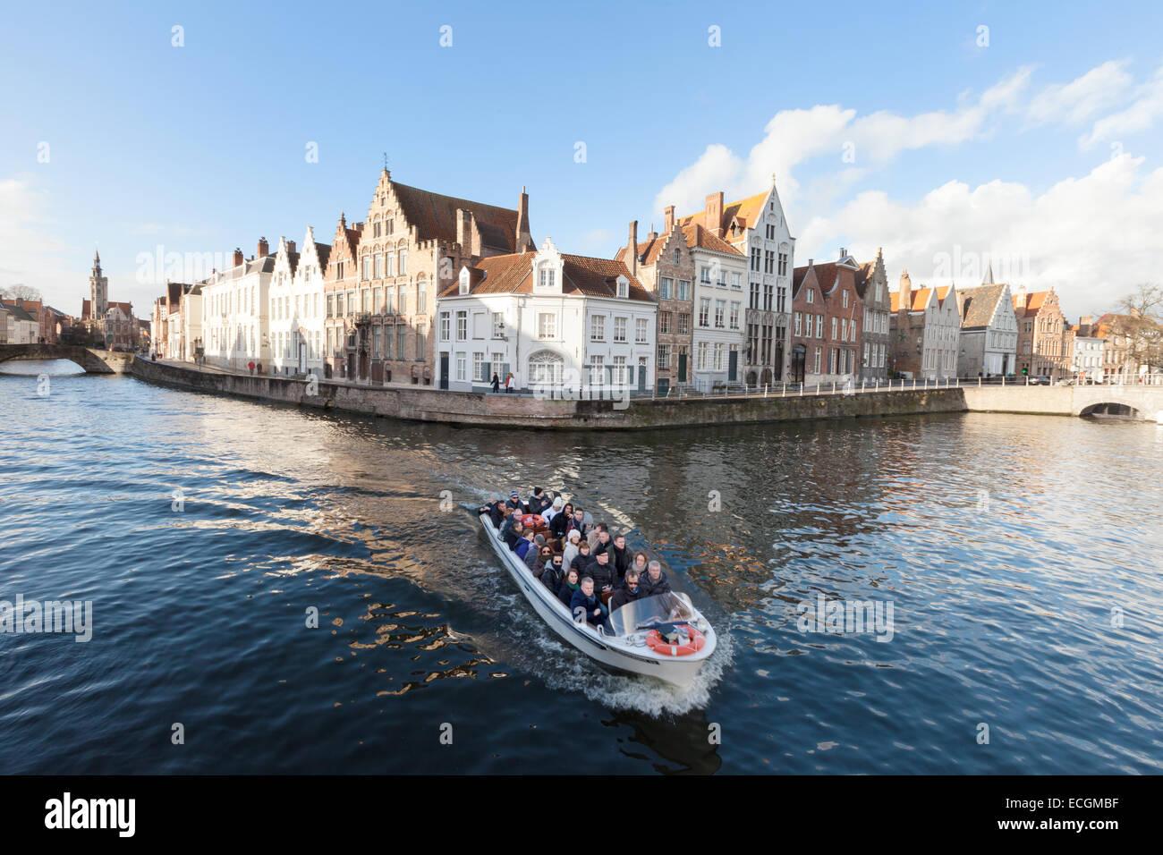 Los turistas en un viaje en barco por el canal en el Speigelrei, Brujas, Bélgica, Europa Imagen De Stock