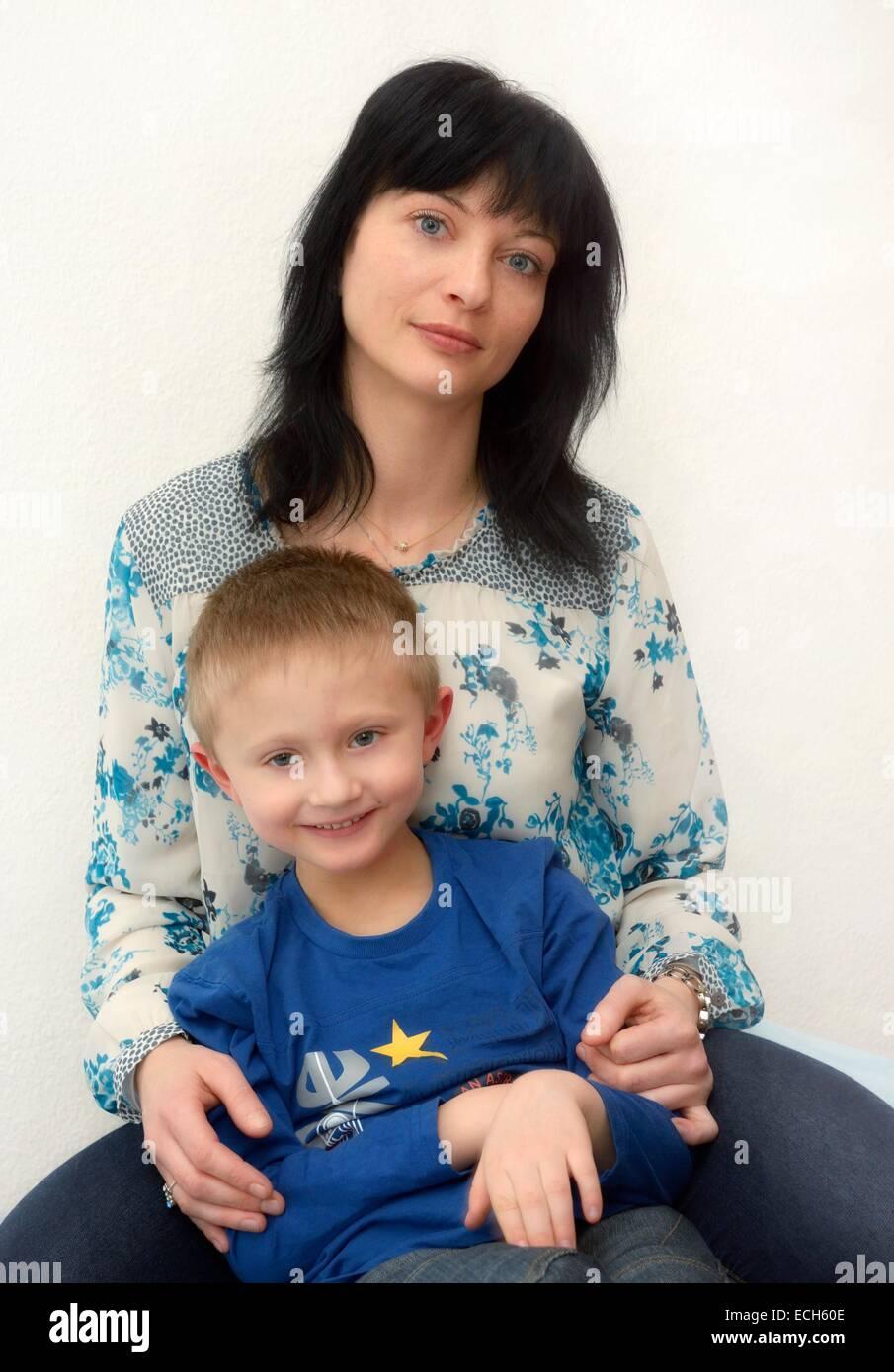 El muchacho, de 7 años, con su madre, de 35 años Imagen De Stock