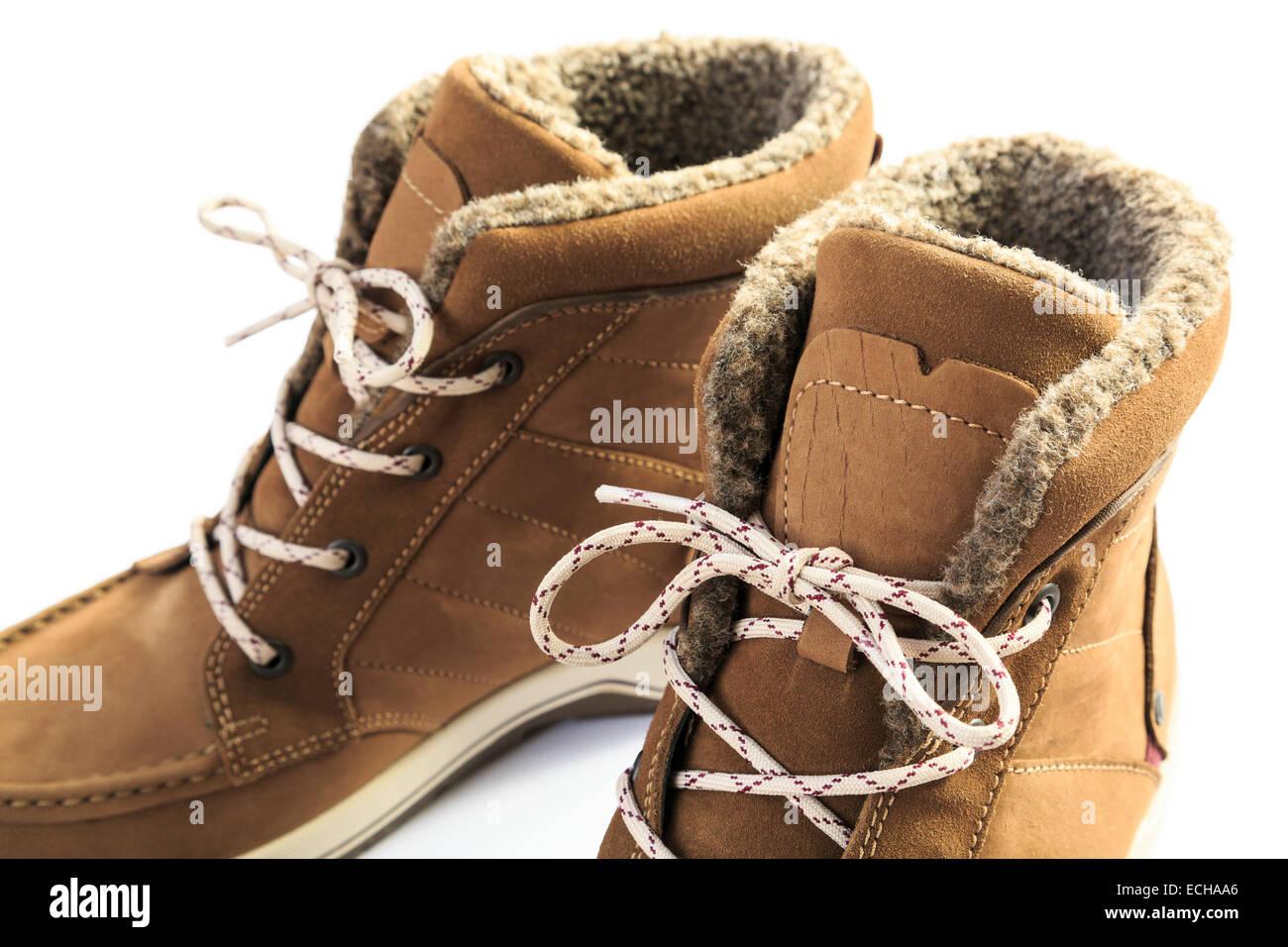 Cerca de un par de mujeres calientes de cuero forrada de piel con cordones, botas de invierno aislado en un fondo Imagen De Stock