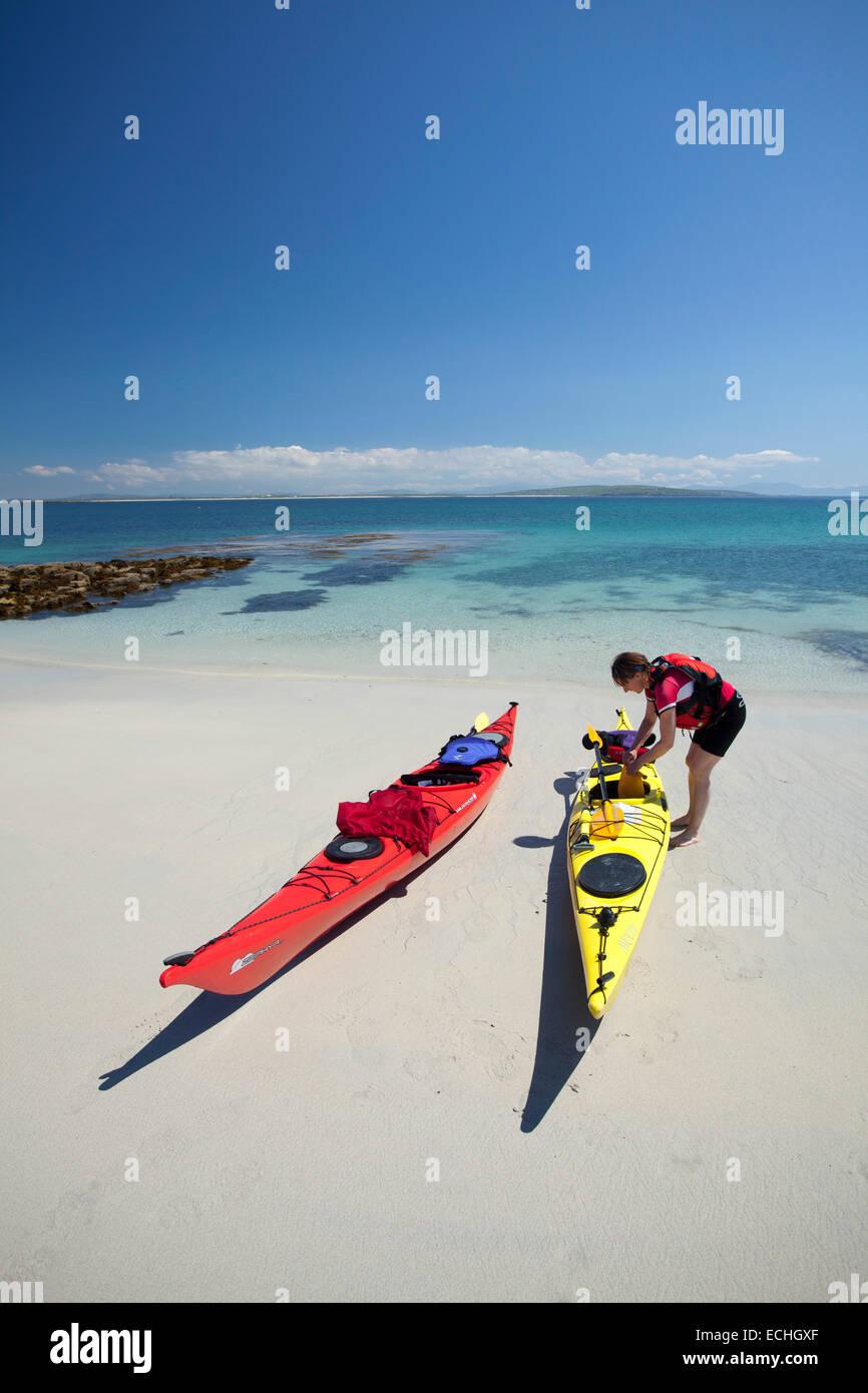 Kayakista de mar en la bella playa de arena blanca de la Isla Sur Inishkea, en el condado de Mayo, Irlanda. Foto de stock