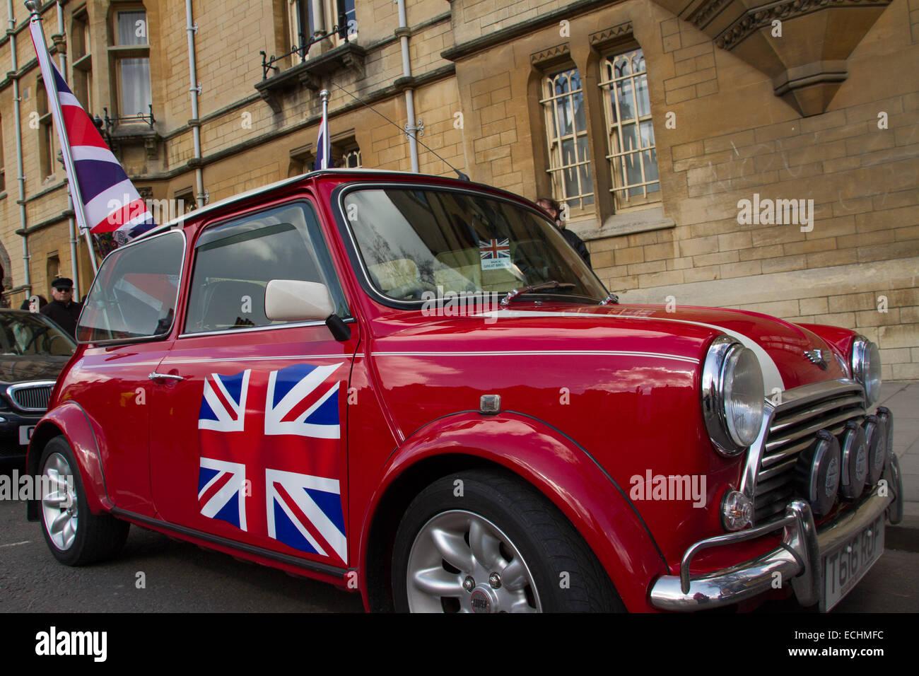 Mini coche clásico en pantalla en Oxford. Imagen De Stock