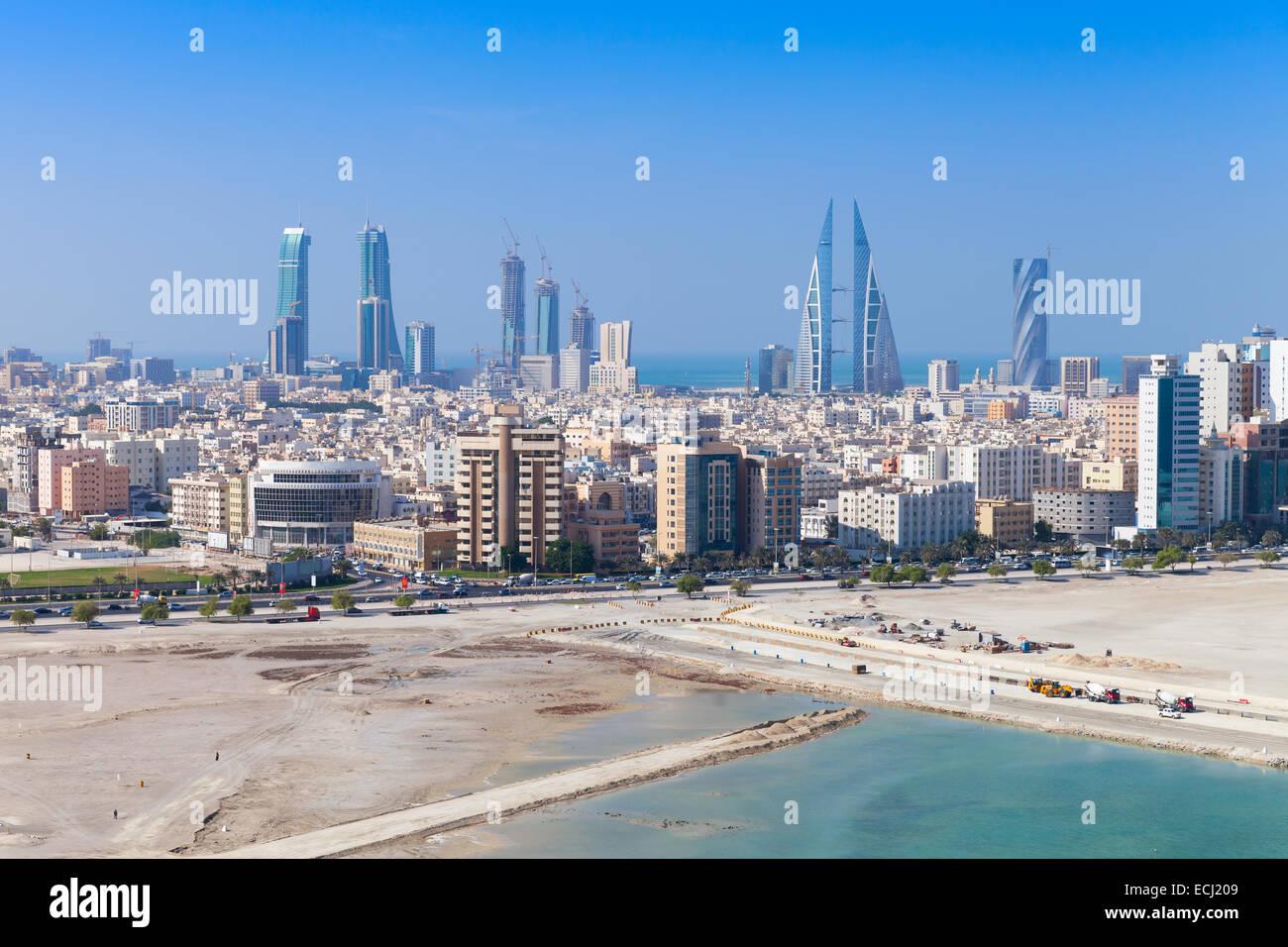 Vista de pájaro de la ciudad de Manama, Bahrein. Skyline con modernos rascacielos de pie en la costa del Golfo Imagen De Stock