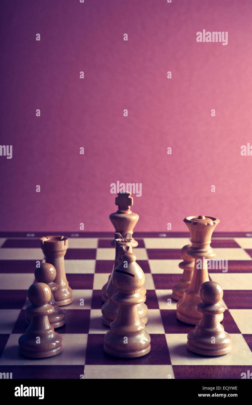 Piezas de ajedrez en el tablero de ajedrez Imagen De Stock