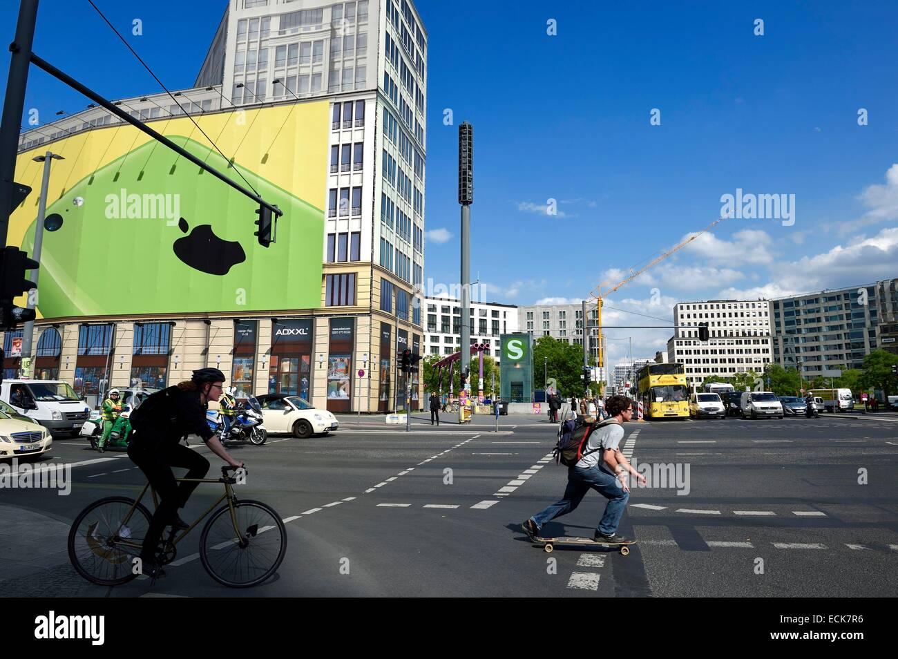 Alemania, Berlín, Potsdamer Platz, la falsa fachada de un edificio compuesto enteramente de lona pintada para la Foto de stock