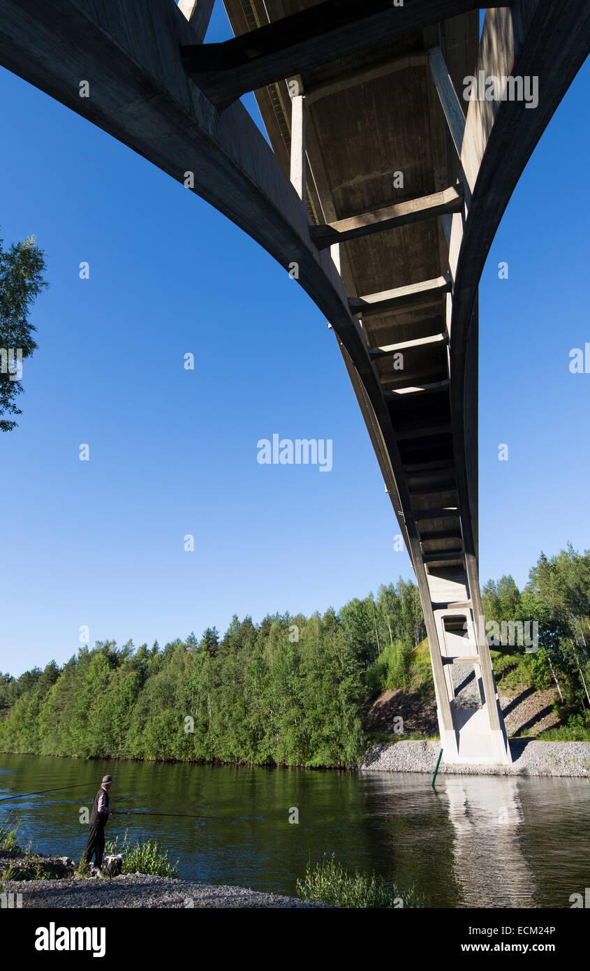 Arco de hormigón de 30 metros de alto puente de carretera sobre el río Leppävirta , Finlandia Foto de stock