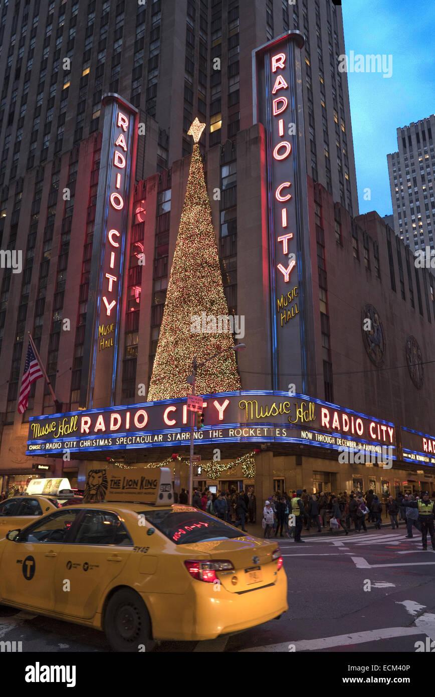 La avenida de las Américas, (6th Ave) por Radio City en el centro de Manhattan, en la ciudad de Nueva York. Imagen De Stock