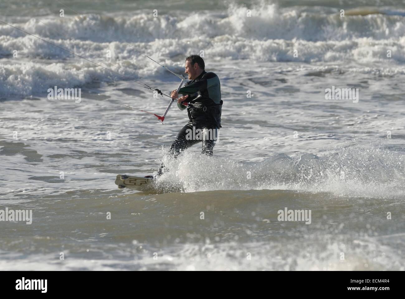 Kitesurf en fuertes vientos un gran mar en Porth Neigwl, Gales del Norte, Islas Británicas Foto de stock