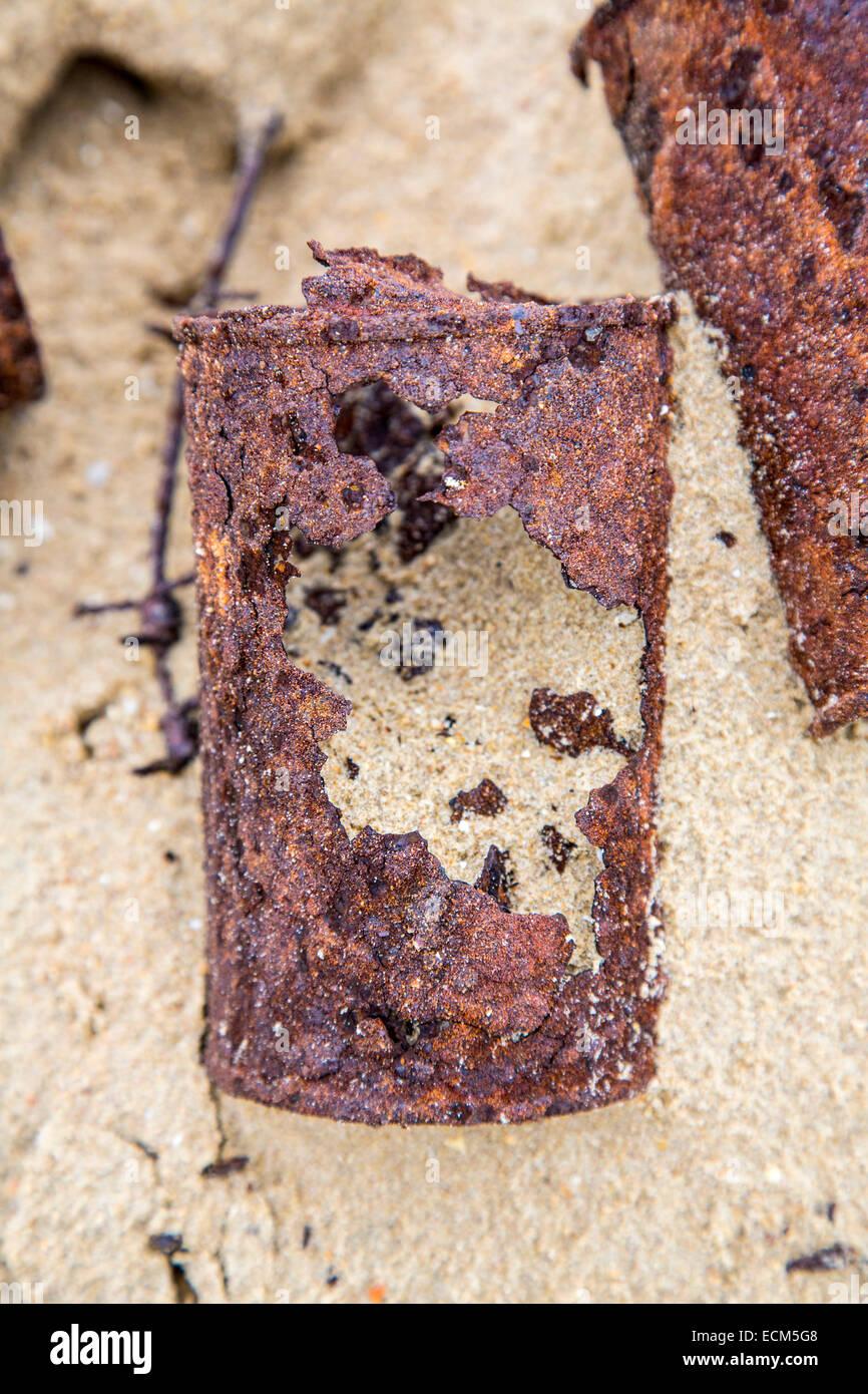 Rusty, viejas latas en una playa de arena fina, Foto de stock