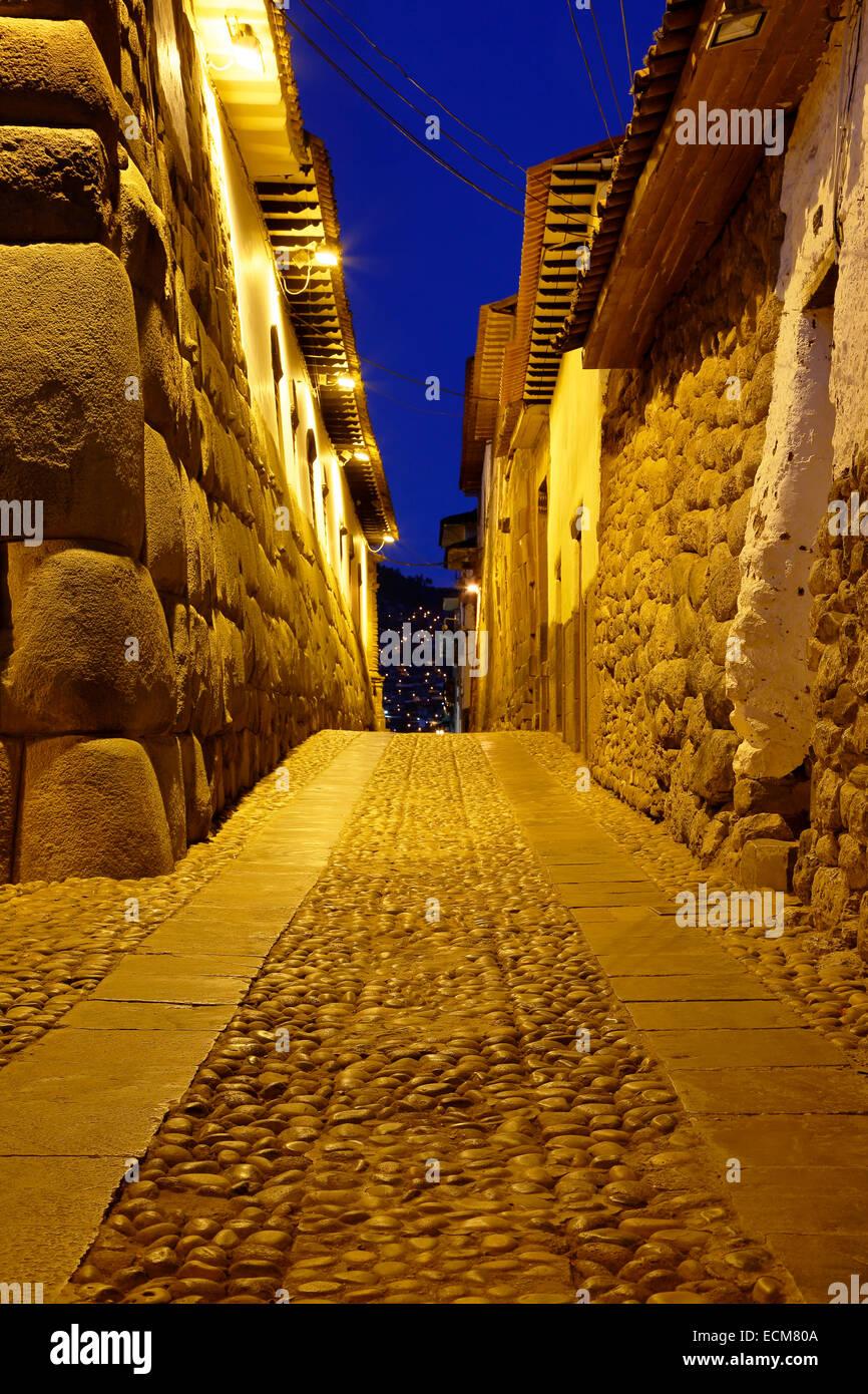 Muros de piedra Inca y calle adoquinada, Cusco, Perú Imagen De Stock