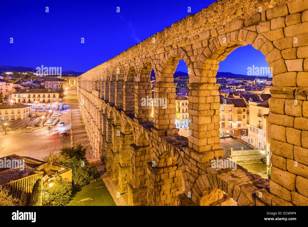 Segovia, España en el antiguo acueducto romano y la Plaza del Azoguejo. Imagen De Stock