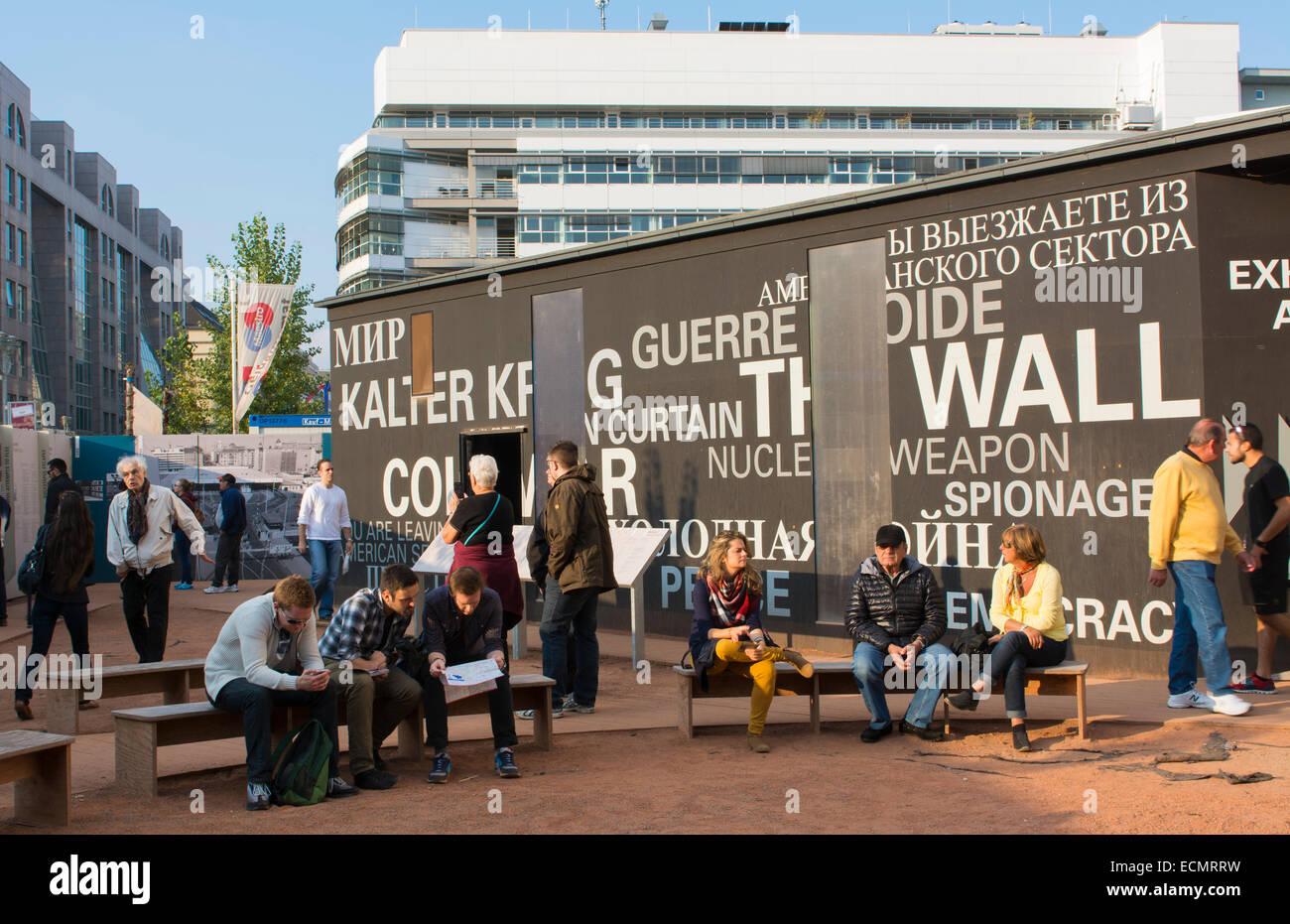 Berlín Alemania Museo Checkpoint Charlie trozos del Muro de Berlín turistas miedo tristeza histórica Imagen De Stock