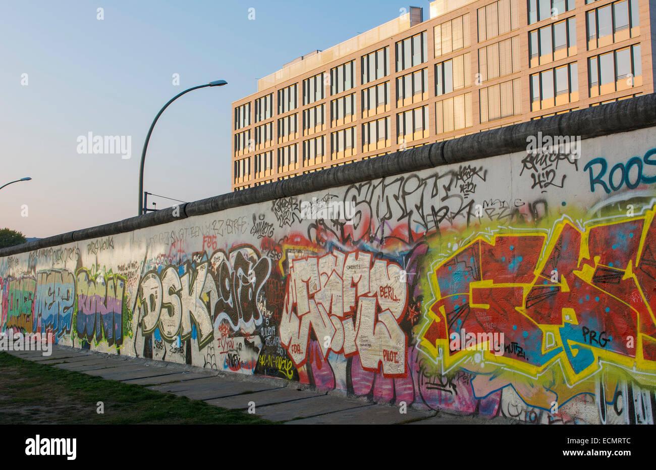 Berlín Alemania parte restante del Muro de Berlín con artistas pintando en el centro de la ciudad Imagen De Stock