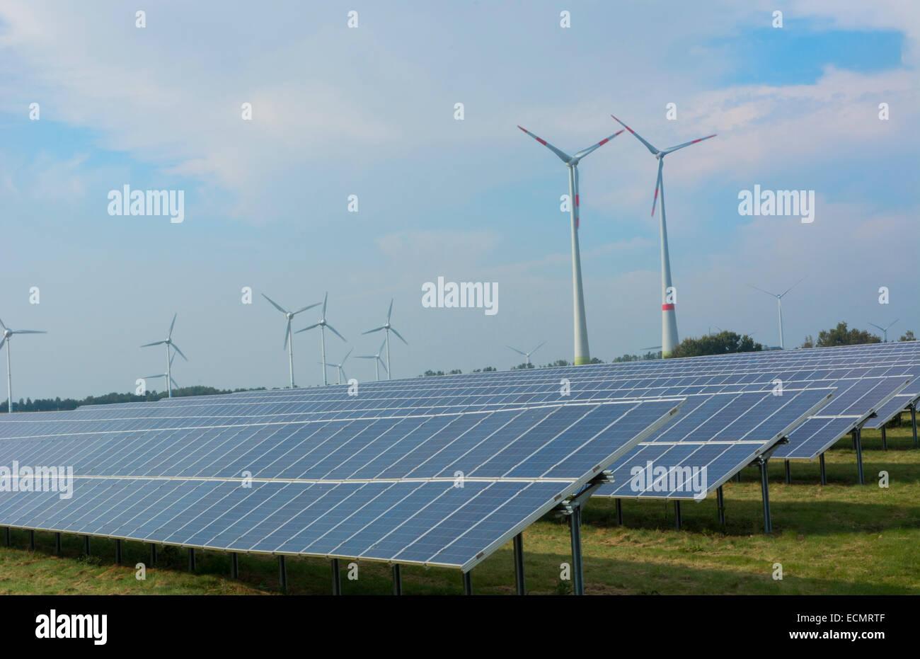 Alemania las turbinas de energía eólica y paneles solares ecología en campo verde cerca de Hamburgo Imagen De Stock