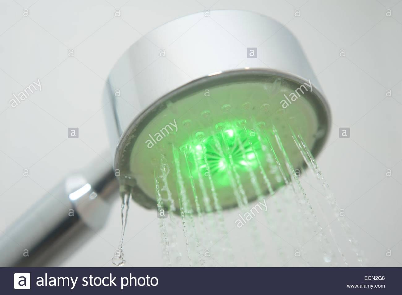 La Alcachofa De La Ducha Iluminada En Verde La Energ A Limpia Foto  ~ Como Limpiar La Alcachofa De La Ducha