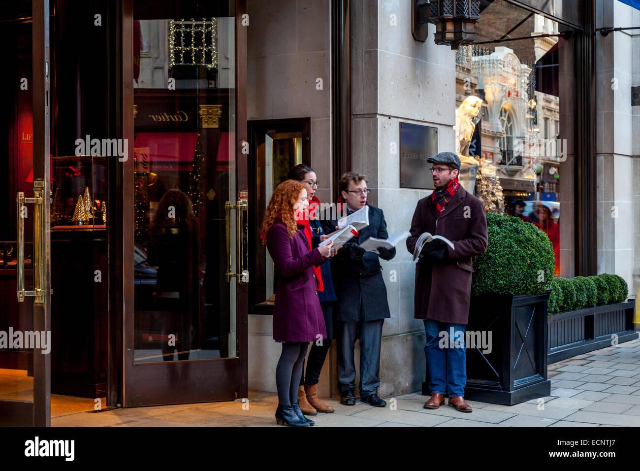 Carol cantantes se realizan fuera de la tienda de Ralph Lauren en New Bond  Street, Londres, Inglaterra 8ea8d554f38