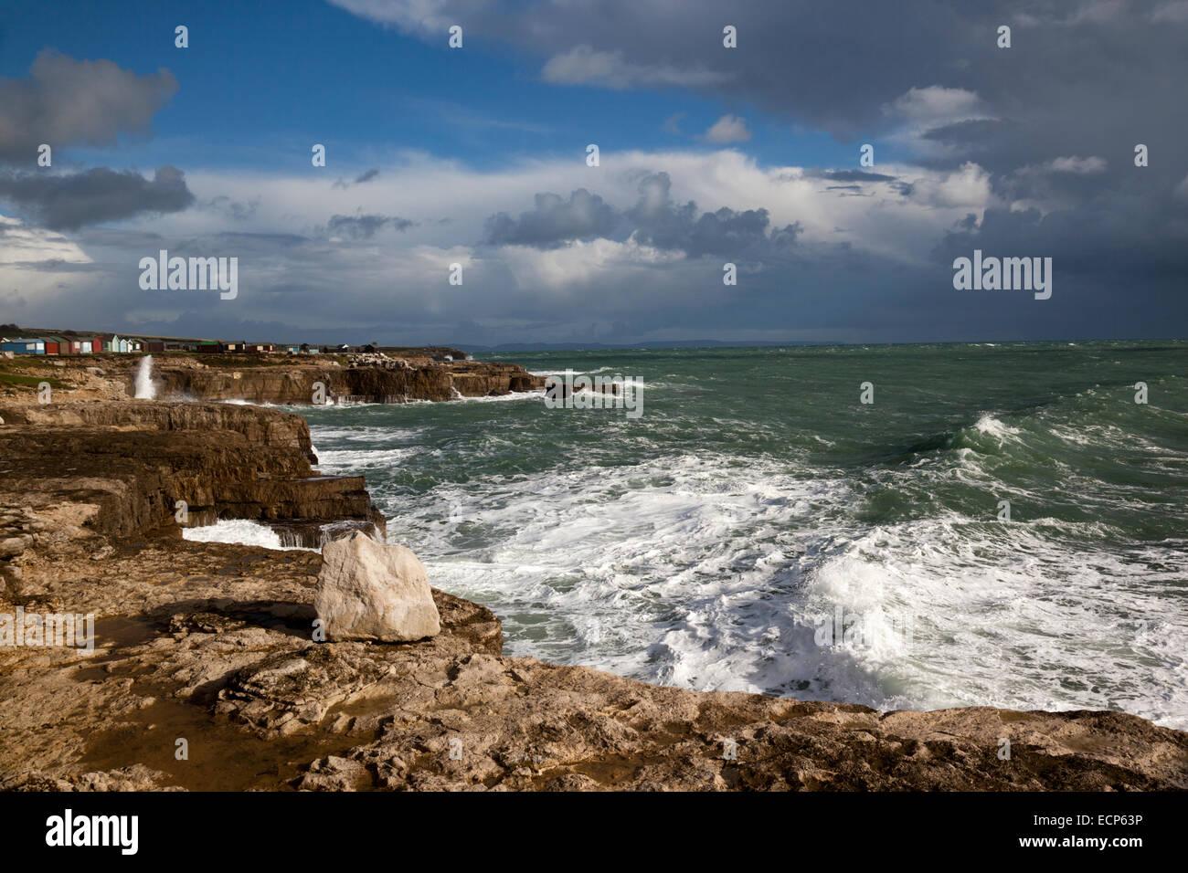 Costas rocosas y mares ásperos en Portland Bill, Dorset en noviembre Inglaterra, Reino Unido Foto de stock