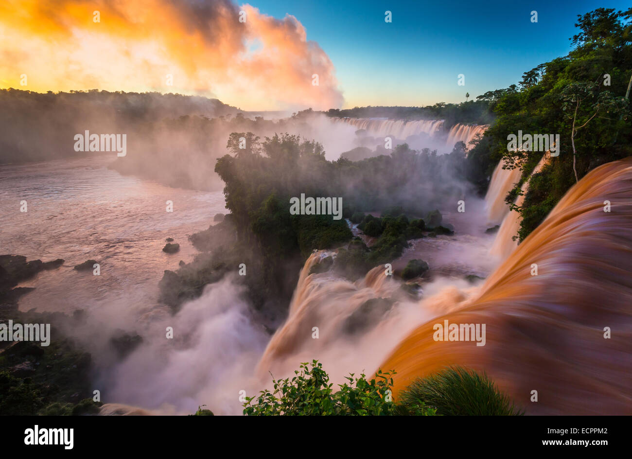 Las Cataratas del Iguazú son las cascadas del río Iguazú, en la frontera entre Argentina y Brasil. Imagen De Stock