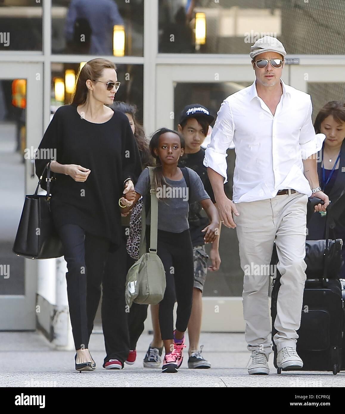 Brad Pitt y Angelina Jolie llegan en el Aeropuerto Internacional de Los Ángeles (LAX) aeropuerto con sus hijos Maddox Foto de stock