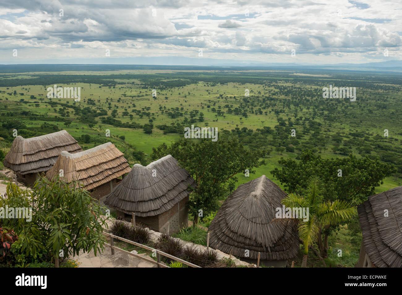 Cabañas de un lodge con vistas al Parque Nacional Queen Elizabeth, Uganda Imagen De Stock