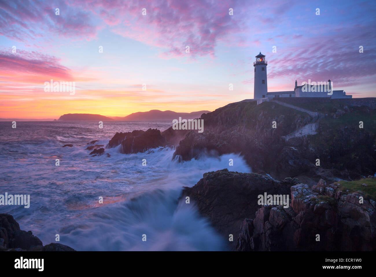 Amanecer sobre Fanad Faro de cabeza, cabeza Fanad, Condado de Donegal, Irlanda. Imagen De Stock