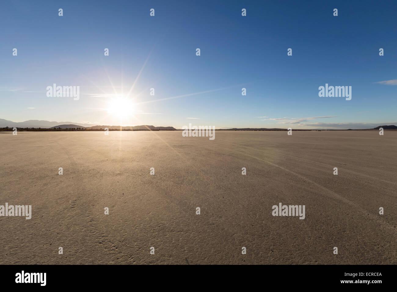 Tarde de sol en el Mirage el lecho del lago seco desierto de Mojave en California. Foto de stock